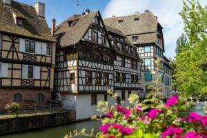 Les maisons de la petite France à Strasbourg au bord de l'eau