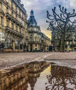 Place Broglie vue du sol avec flaque d'eau
